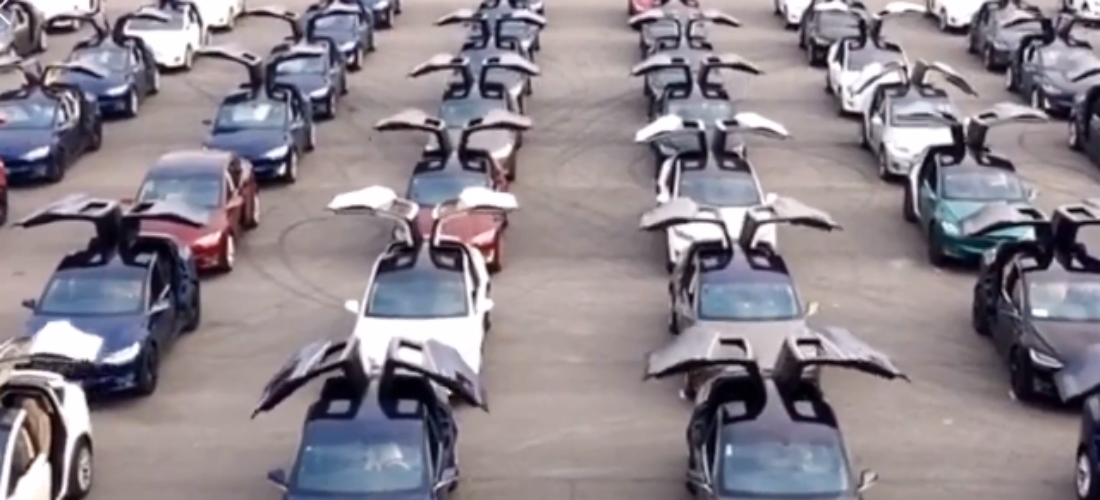 Over 100 Tesla Model X doing Falcon Wing dance in China