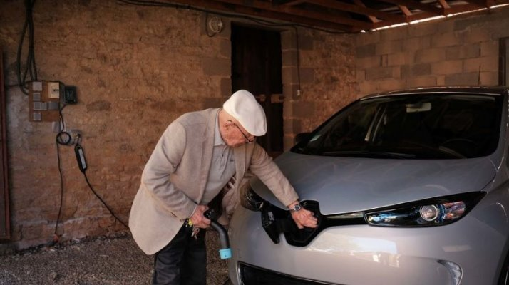 100-year-old Frenchman bought a Renault ZOE