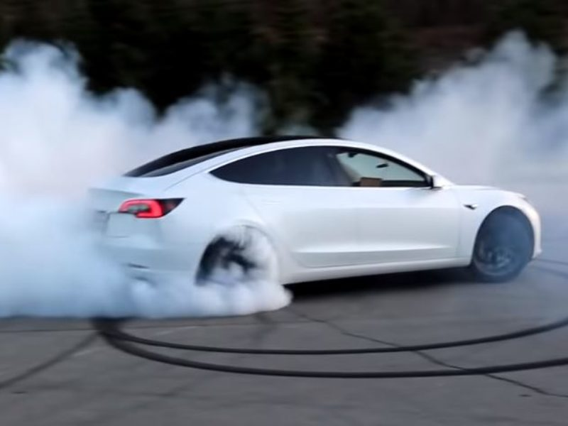 This Tesla Model 3 RWD drifting very nicely | video